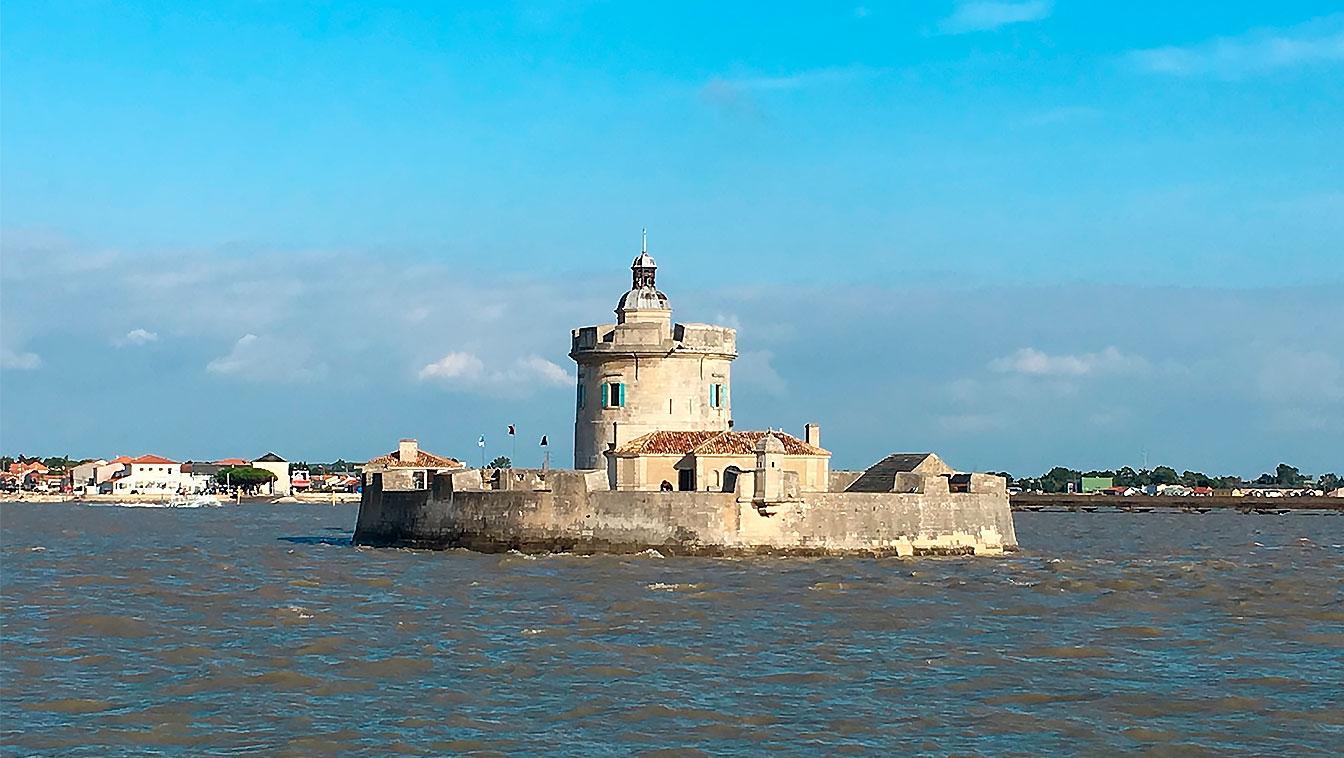 Photographie par beau temps du Fort Louvois, en Charente-Maritime.