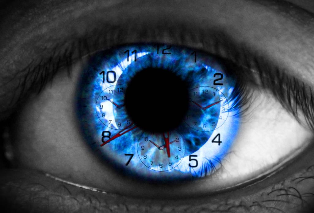Intelligences artificielles, photomontage d'un œil avec montre à l'intérieur.
